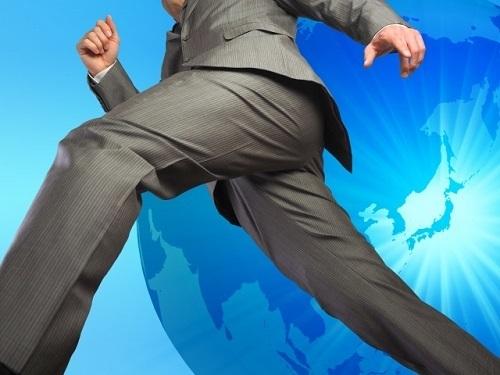 飛躍するビジネスマン.jpg